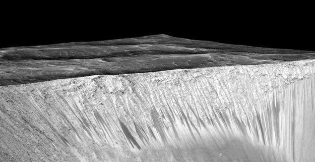Tmavé pásy v kráteri Garni vytvorila tečúca voda v letnom období Marsu.