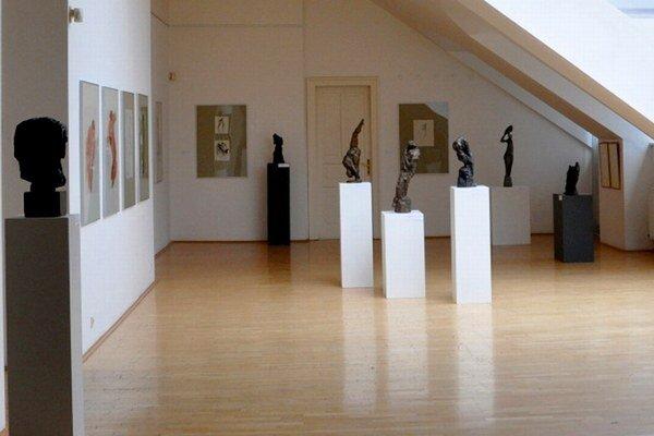 Deti prespia medzi dielami v galérii.
