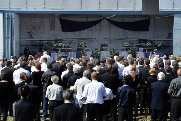 Na letisko v Slavnici sa už od rána schádzali ľudia, ktorí kládli vence a zapaľovali sviece pred hangármi s fotografiami siedmich obetí nešťastia.