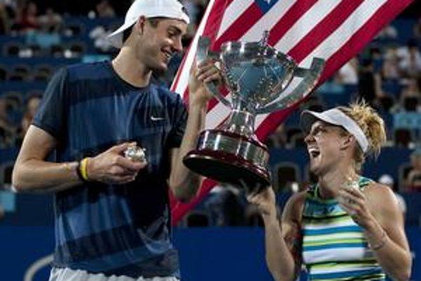 John Isner a Bethanie Matteková-Sandsová.