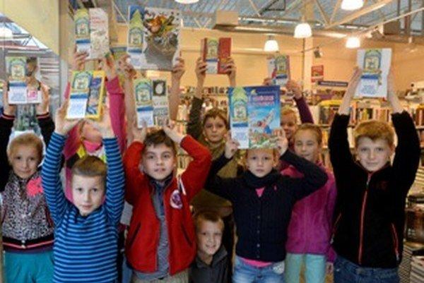 Školáci s knihami, ktoré kúpili pre iné deti.