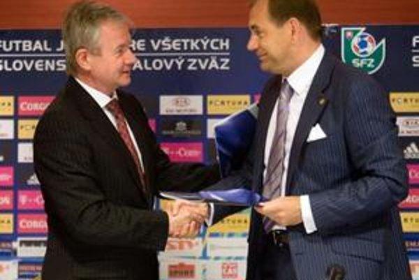 Zľava bývalý šéf slovenského futbalu František Laurinec a tréner Vladimír Weiss.