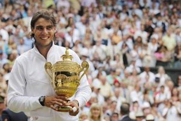 Rafael Nadal s trofejou pre víťaza.
