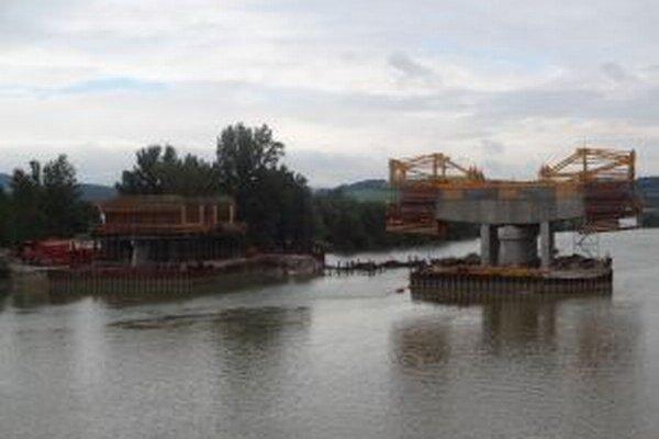 Práce na moste pokračovali až po znížení hladiny Váhu.