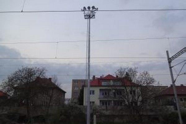 Osvetlenie nedáva obyvateľom Hodžovej ulice spávať.