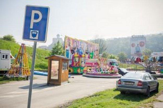 Miest na parkovanie v Trenčíne ubúda.