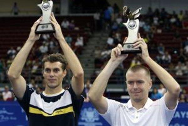 František Čermák (vľavo) a Michal Mertiňák (vpravo) s trofejami pre víťazov turnaja.