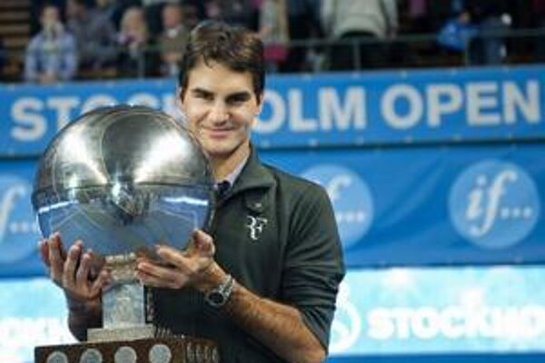 Roger Federer s trofejou z turnaja v Štokholme.