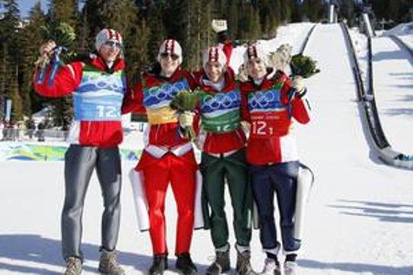 Víťazné kvarteto Rakúska po tímovej súťaži v skokoch na lyžiach.