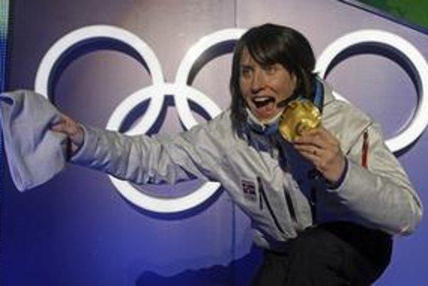 Marit Björgenová s jednou zo svojich troch zlatých medailí.