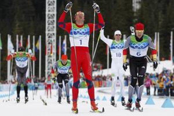 Nórsky bežec na lyžiach Petter Northug (uprostred) pri zisku zlatej medaily z maratónu na 50 km pred Nemcom Axelom Teichmannom (vpravo).