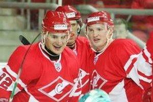 K postupu Spartaka Moskva do druhého kola play off KHL sa postarali aj slovenskí hokejisti Branko Radivojevič (vľavo) a Štefan Ružička.