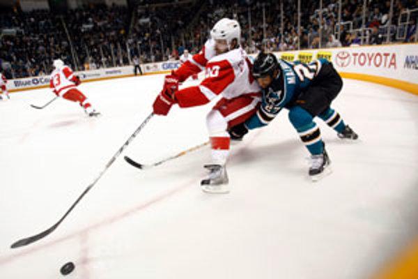 Hokejista Manny Malhotra v súboji s hráčom Detroitu Red Wings Henrikom Zetterbergom (v červenom).