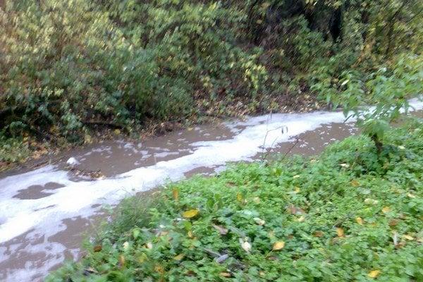 Niektorí občania vypúšťajú splašky stále do potokov.