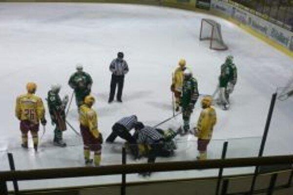 Trenčania si v štvrtom zápase so Skaličanmi nič nedarovali. Na ľade sa iskrilo.