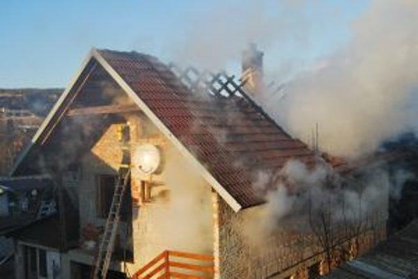 Súrodenecká dvojica prišla po požiari o strechu nad hlavou