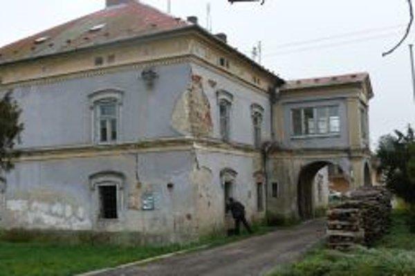 Budova kedysi honosného kaštieľa chátra