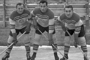 Prvý útok československej reprezentácie v povojnových rokoch, zľava Ladislav Troják, Vladimír Zábrodský a Stanislav Konopásek.