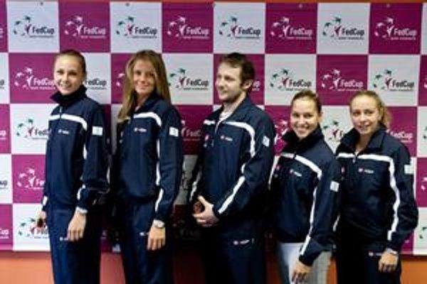Slovenské reprezentantky Magdaléna Rybáriková, Daniela Hantuchová, kapitán Slovenska Matej Lipták, Dominika Cibulková a Kristína Kučová (zľava).