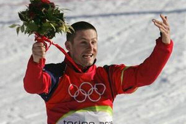 Snoubordista Radoslav Židek si takto vychutnával svoj medailový triumf na olympijských hrách v Turíne.