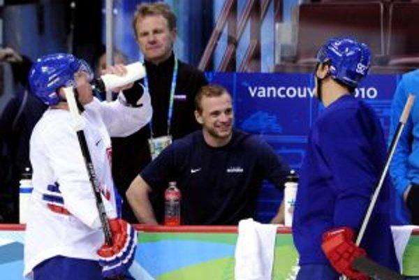 Zľava Marián Hossa, zranený Marián Gáborík a Branko Radivojevič na tréningu slovenskej hokejovej reprezentácie na zimných olympijských hrách vo Vancouvri.