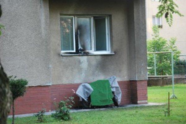 Zničený skúter ostal po požiari dočasne skrytý pod oknom