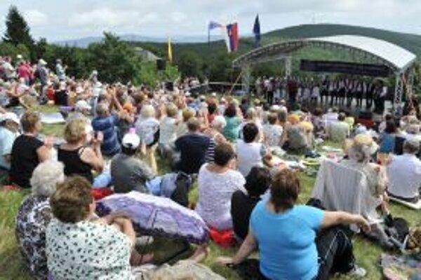 Návštevníci osláv. Tento raz bola akcia venovaná 20. výročiu spoločnej histórie oboch republík a 150. výročiu výstupu na Veľkú Javorinu.