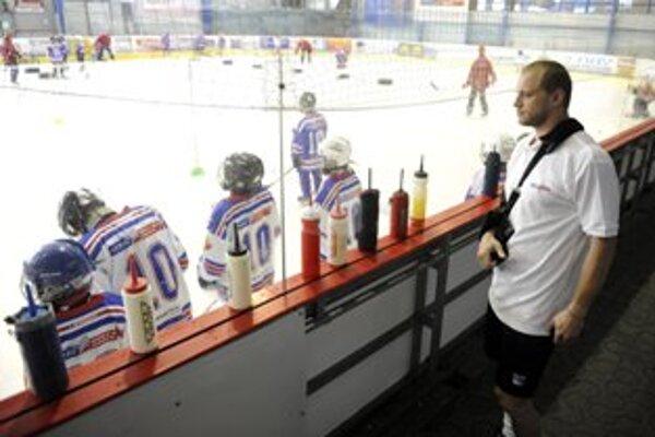 Marián Gáborík sleduje tréning detí na ľade počas 4. ročníka Hokejovej školy Mariána Gáboríka