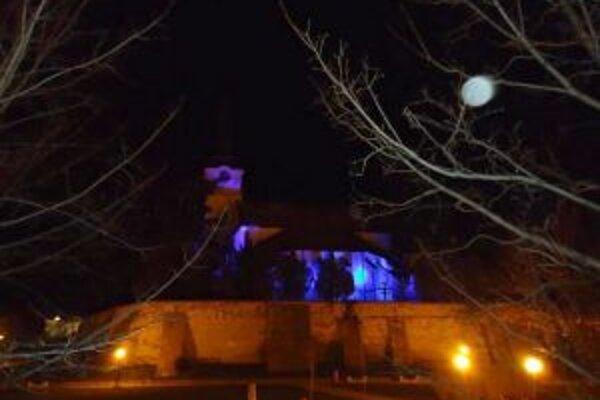 Farský kostol sa zahalil do modrého osvetlenia.