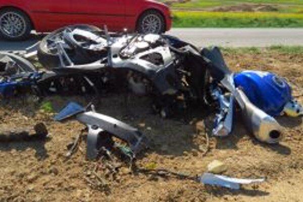 Suzuki sa po havárii rozletela na niekoľko kusov.
