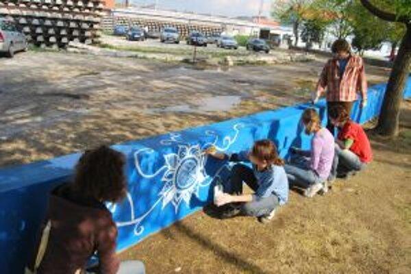 Premena múru si vyžiadala desiatky kilogramov modrej a bielej farby.
