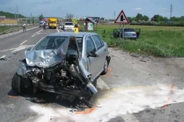 Pri nehode sa zranili piati účastníci.
