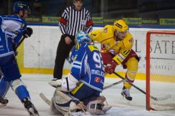 ráč Dukly Trenčín Andrej Štastný (vľavo) sa raduje z gólu na 1:0 počas tretieho zápasu hokejovej play off.