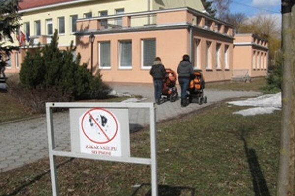 Tabuľky Zákaz vstupu so psom sú v meste na niekoľkých miestach