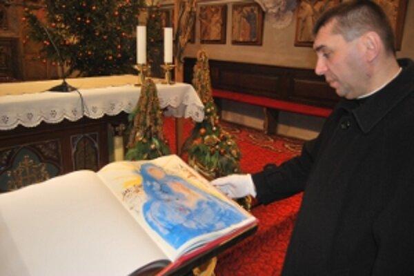 Biblia Dalí má cenu takmer tritisíc eur.