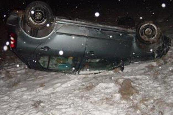 Auto po zrážke skončilo na streche