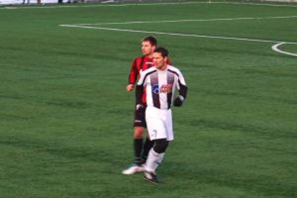 Pavol Kosík (vpredu) strelil gólmanovi Dunajskej Stredy Gálovi dva góly.