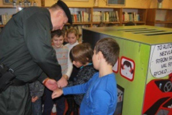 Deti si vyskúšali skutočné policajné putá.