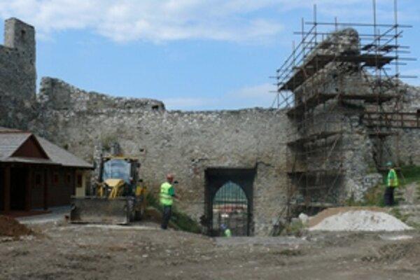 Beckovský hrad rekonštruujú už druhú sezónu