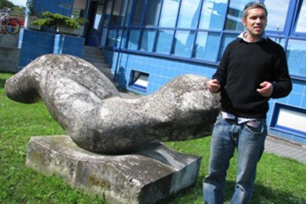 Koordinátor projektu Michal Beňo obnovil sochu pri krytej plavárni.