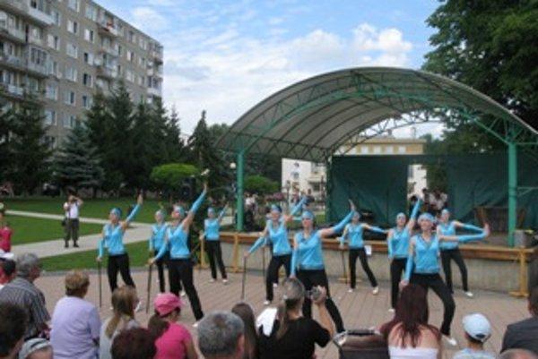 Kultúrny program otvorili mažoretky Taktik zo Sobotišťa