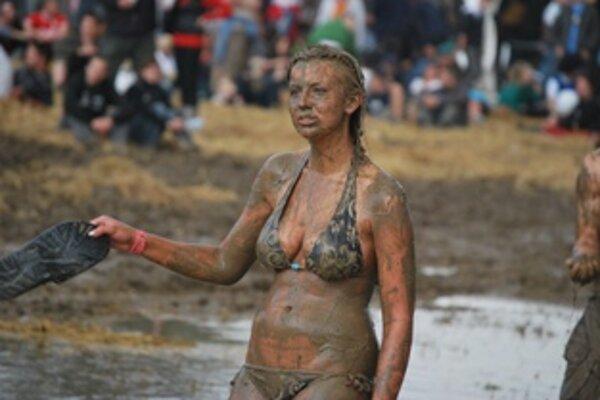 Festival odštartoval v hustom daždi a ten s návštevníkmi urobil svoje.
