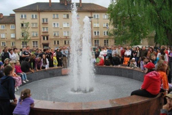 Ulicu 1. mája skrášľuje nová fontána od minulého pondelka.