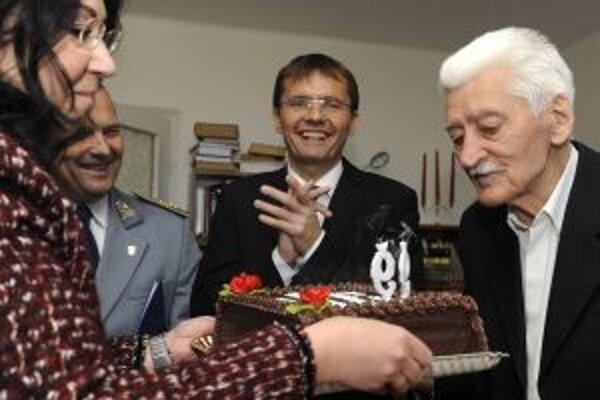 K životnému jubileu Jánovi Samuelovi Strculovi (vpravo) blahoželá minister obrany Ľubomír Galko (uprostred.