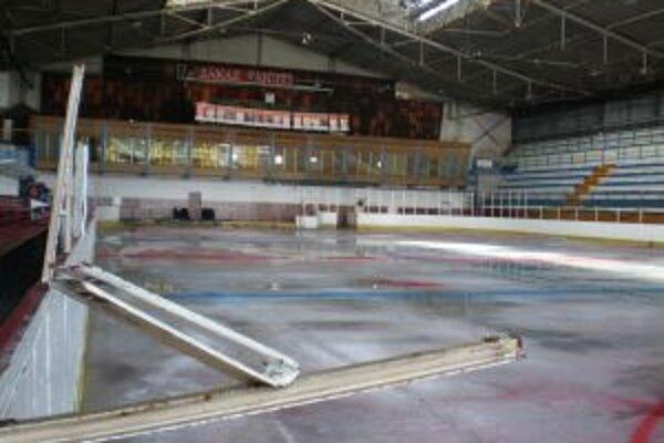 Na dubnickom štadióne roztopoli ľad pre nezhody, najviac doplatili mladí hokejisti.