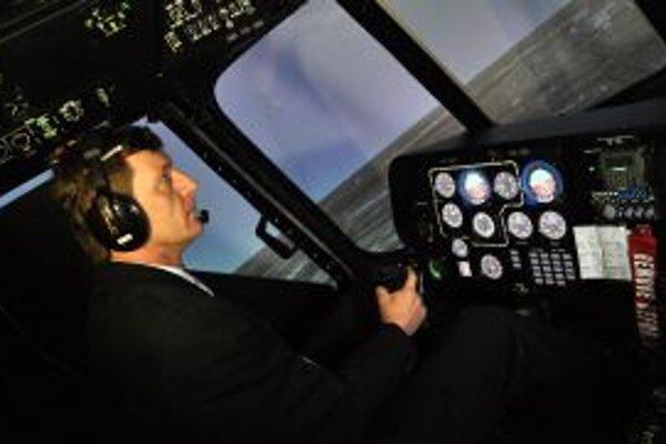Pohľad do kokpitu simulátora vrtuľníka Mi-17, ktorý by mali používať irackí piloti v boji proti terorizmu.