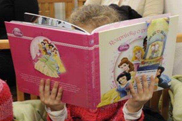 Viac ako dvesto detí, ktorých rodičia sú vo finančnej núdzi, sa tešilo z knižiek, kúpených darcami počas šiesteho ročníka projektu.