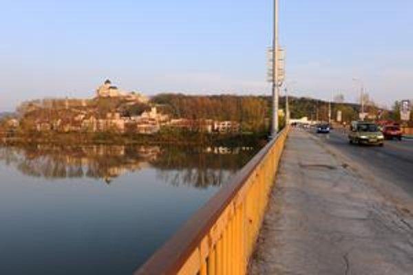 Hlavnými témami vyostrenej predvolebnej kampane v Trenčíne je zadlženosť mesta a meškajúci druhý most cez Váh.