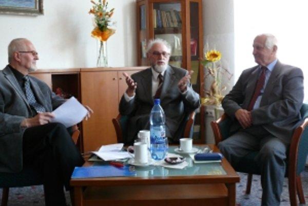 Besedu s Ottom Gáťom (v strede) viedli filatelisti Ivo Veliký (vľavo) a Jozef Korený