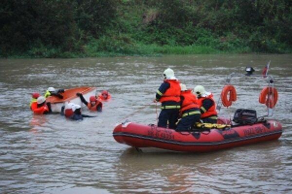 Hasiči z Trenčianskeho kraja trénovali záchranu ľudí v rozbúrenom vodnom toku.